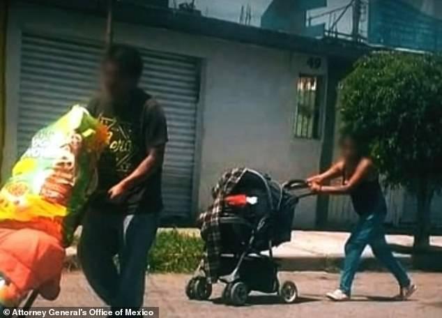 Juan và Patricia bị bắt khi đang di chuyển thi thể nạn nhân bằng xe đẩy em bé.