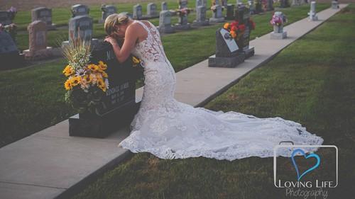Jessica chụp ảnh cưới bên mộ vị hôn phu quá cố hôm 29/9. Ảnh: Loving Life.