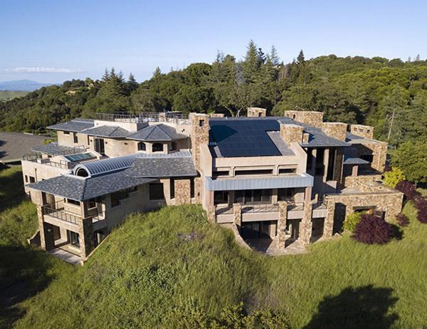 Được định giá 100 triệu USD, đây là ngôi nhà đắt nhất được liệt kê trong Khu vực vịnh San Francisco, Mỹ suốt 10 năm qua. Ngôi nhà nằm tại 610 đường Los Trancos ở Palo Alto, thuộc về Scott McNealy, sáng lập công ty máy tính Sun Microsystems trước khi tập đoàn Oracle mua lại nó vào năm 2010 với giá 7,4 tỷ USD