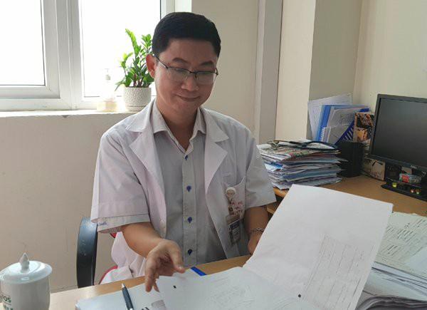 TS.BS Lê Thanh Đức lật giở hồ sơ bệnh nhân ung thư vú đang điều trị tại khoa