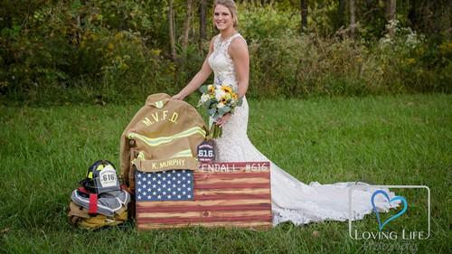 Jessica chụp ảnh cùng trang phục và thiết bị chữa cháy của vị hôn phu. Ảnh: Loving Life.