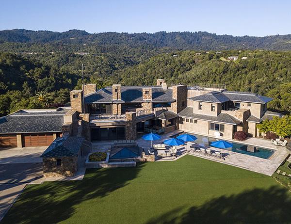 Ngôi nhà có 20 phòng và một hồ bơi lớn ngoài trời
