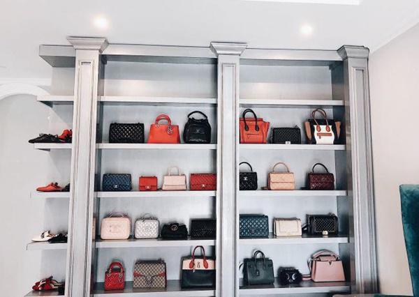Cũng theo chia sẻ của Bảo Thy, cô có gần 10 chiếc tủ đựng chỉ để giày, dép, túi xách các loại, đều do anh thiết kế.