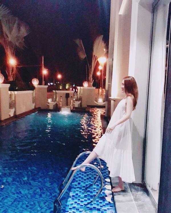 Bên ngoài còn có bể bơi nhỏ để tiện cho cô nàng nghỉ ngơi, thư giãn.