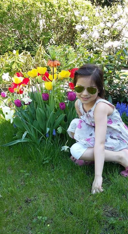 Các con của chị đều yêu hoa, thích thú với những loại cây trong vườn.