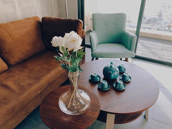 Căn hộ có 2 phòng ngủ, một phòng bếp và một phòng khách với lối thiết kế hiện đại nhưng vẫn toát lên nét mộc mạc và ấm áp.
