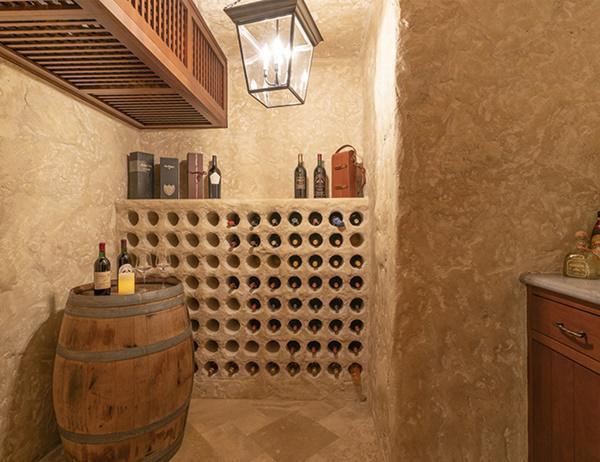 Với một ngôi nhà trị giá hàng triệu đô, thật thiếu sót nếu không có một hầm rượu đắt đỏ. Ngôi nhà cũng có một căn phòng an toàn cho các trường hợp khẩn cấp