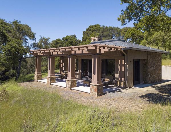 Ngoài ra còn có nhà khách gồm 1 phòng ngủ tách biệt nằm trong khuôn viên