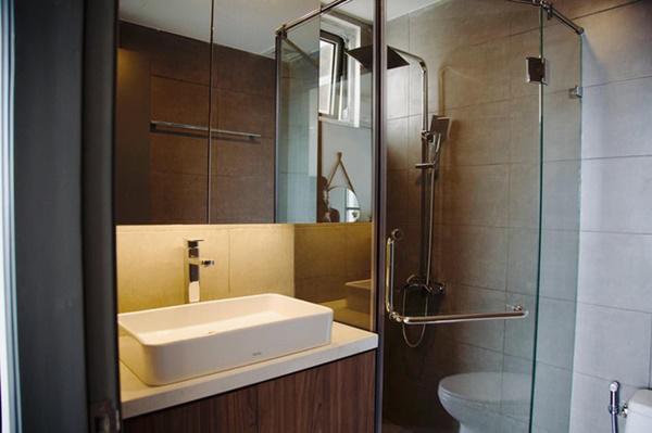 Bên trong phòng tắm đơn giản, tiện nghi.