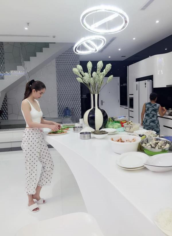 Tông màu chủ yếu được Ngọc Trinh lựa chọn trong nhà mình là màu trắng, điểm nhấn bằng tông màu đen đối lập.
