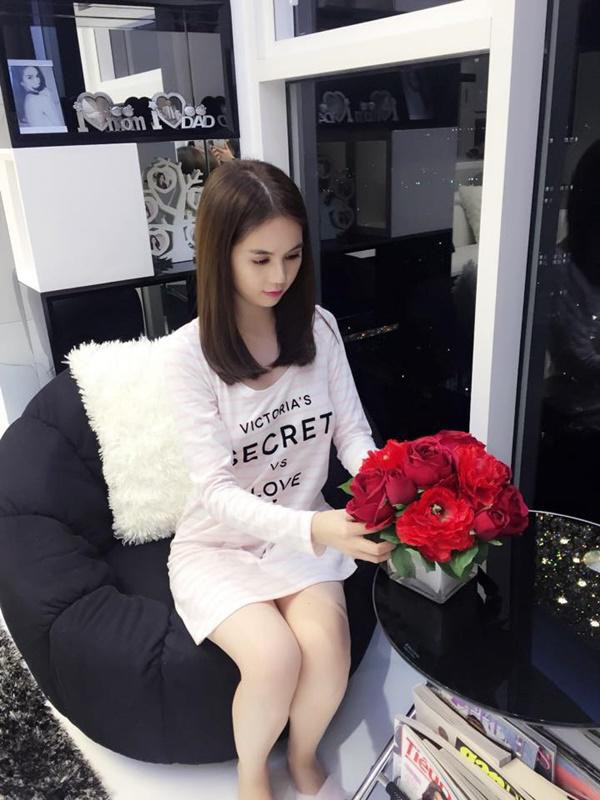 Những lúc rảnh rỗi, Ngọc Trinh sẽ dành thời gian chăm chút cho ngôi nhà của mình với những bình hoa tự cắm.
