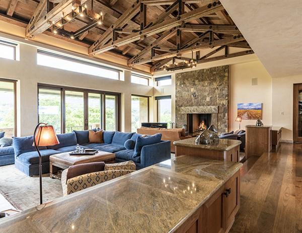 Phòng tiếp khách rộng rãi, khu vực lò sưởi tạo nên sự ấm áp và nổi bật ấn tượng