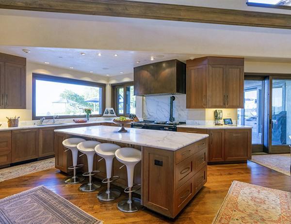 Nhà bếp sử dụng ánh sáng tự nhiên chiếu qua cửa sổ lớn