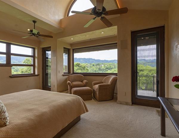 Phòng ngủ chính với cửa sổ nhìn ra khung cảnh sườn đồi nên thơ