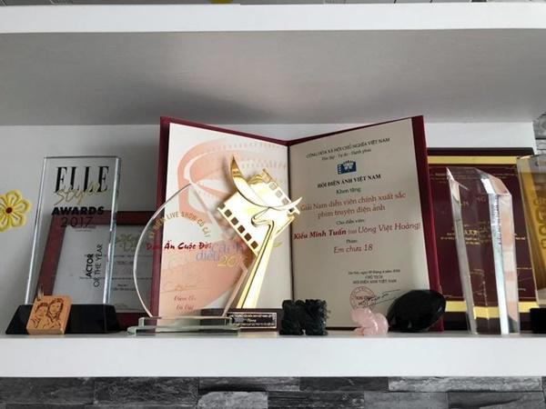 Ngoài ra, căn nhà còn có một giá trưng bày kỷ vật, giải thưởng… của cả 2.