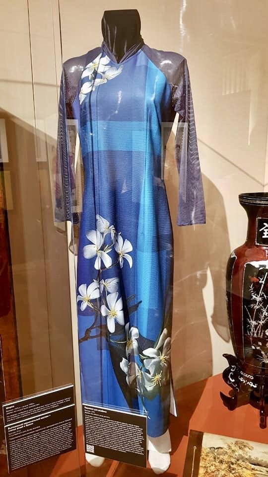 Chiếc áo được trưng bày trang trọng trong Bảo tàng Phương Đông