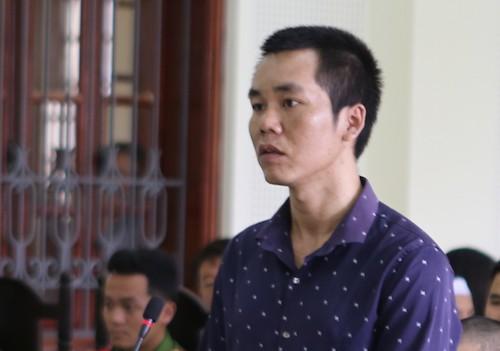Phạm Văn Cường nghe tòa tuyên án. Ảnh: Hải Bình.