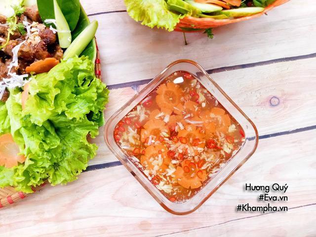 Trình bày: Xếp thịt xiên nướng, bún, rau sống và bát nước mắm lên bàn rồi chỉ việc thưởng thức thôi!