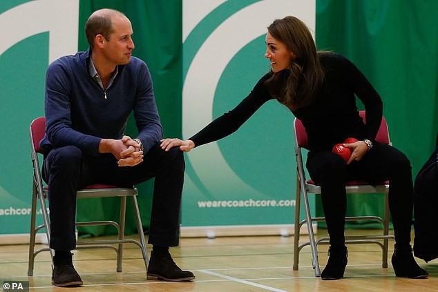 """Công tước và công nương xứ Cambridge tại Coach Core, Basildon tháng trước. Chuyên gia Judi James nói: """"Công nương đã từ khoảng cách xa để với tới chạm vào đùi của hoàng tử. Đây cũng là một dấu hiệu rất hấp dẫn"""""""