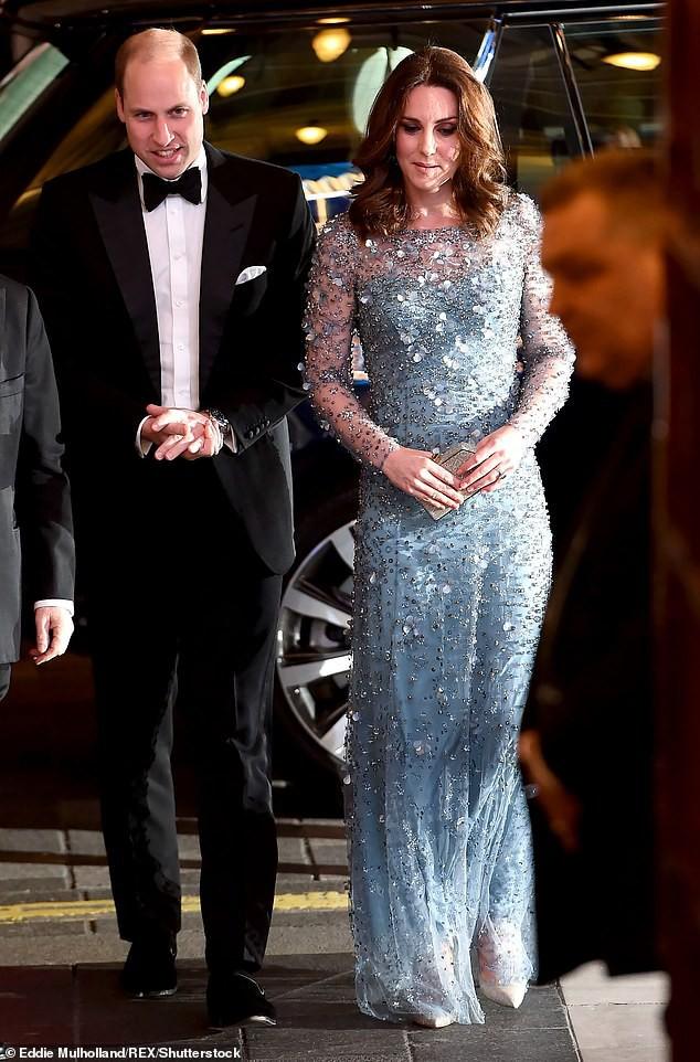 Thời điểm này năm ngoái tại Buổi biểu diễn hoàng gia – tháng 11 năm 2017, trước khi cặp đôi Harry-Meghan được công khai. Chuyên gia Judi James cho rằng sự lảng tránh tiếp xúc này làm cho vợ chồng hoàng tử William trông không thoải mái. Hoàng tử chắp hai tay vào nhau một cách thiếu tự nhiên, trong khi công nương Kate bận rộn dùng cả hai hai để giữ chiếc ví của mình.