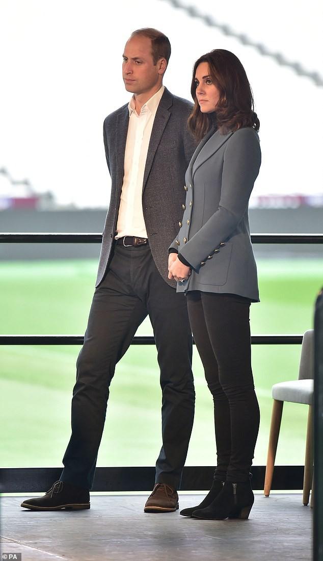 """Hình ảnh cặp đôi vào tháng 10 -2017. Chuyên gia Judi James nói rằng đây là những bức ảnh thường thấy trước đây của họ. Hoàng tử siết chặt hai tay sau lưng để """"ngăn không cho chúng tạo rắc rối"""", trong khi công nương nắm tay ở phía trước. Trước công chúng thì họ có vẻ trông rất tự nhiên."""