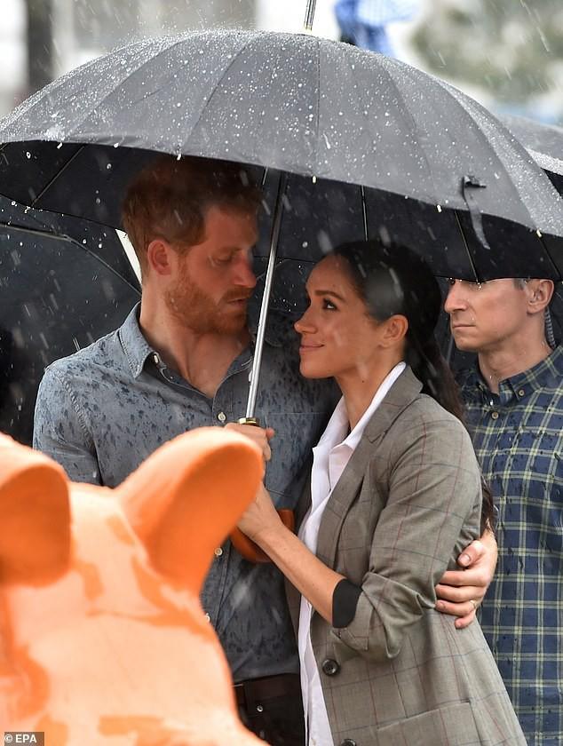 Hành động thân mật của hoàng tử Harry dành cho vợ