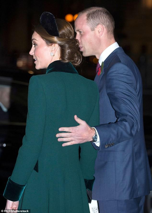 """Vợ chồng hoàng tử William xuất hiện trong sự kiện cuối tuần. Chuyên gia ngôn ngữ cơ thể Judi James nói: """"Đây là hành động bất thường bởi hiếm khi hoàng tử chủ động có cử chỉ quan tâm như vậy. Ngài ấy đã đưa tay ra như muốn bảo vệ công nương vậy. Hành động nhỏ này cho thấy họ đã cảm thấy thoải mái hơn và ít bị chi phối bởi những """"quy tắc"""", hai người trông thoải mái và hạnh phúc với nhau hơn"""""""