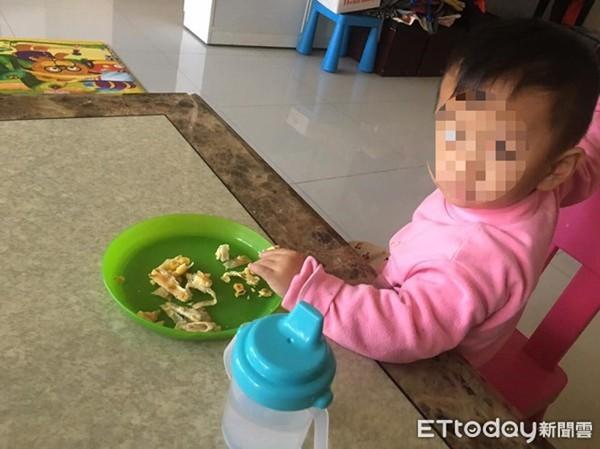 Bé trai 2 tuổi bị mẹ nhốt trong nhà vệ sinh, bỏ đói đến chết.