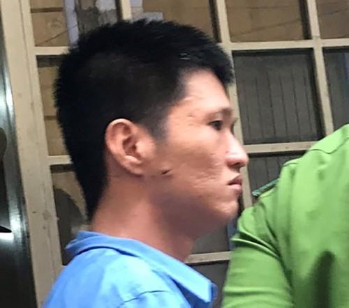 Bị cáo Tuấn bị dẫn đi sau phiên tòa. Ảnh: Hữu Đăng.