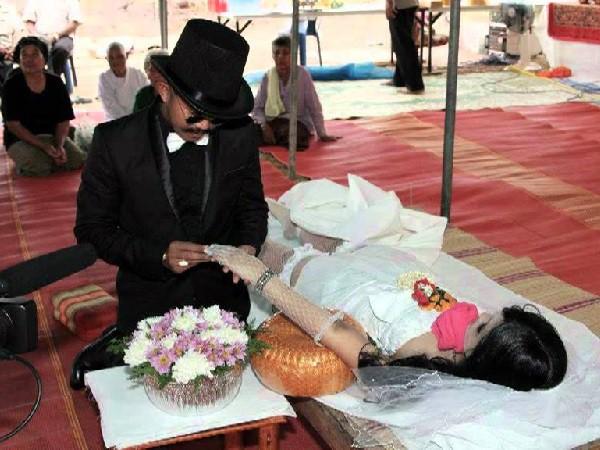 Hôn nhân ma Trung Quốc: cô dâu - hình nhân, chú rể (đã chết) - được đóng thế bởi 1 người khác