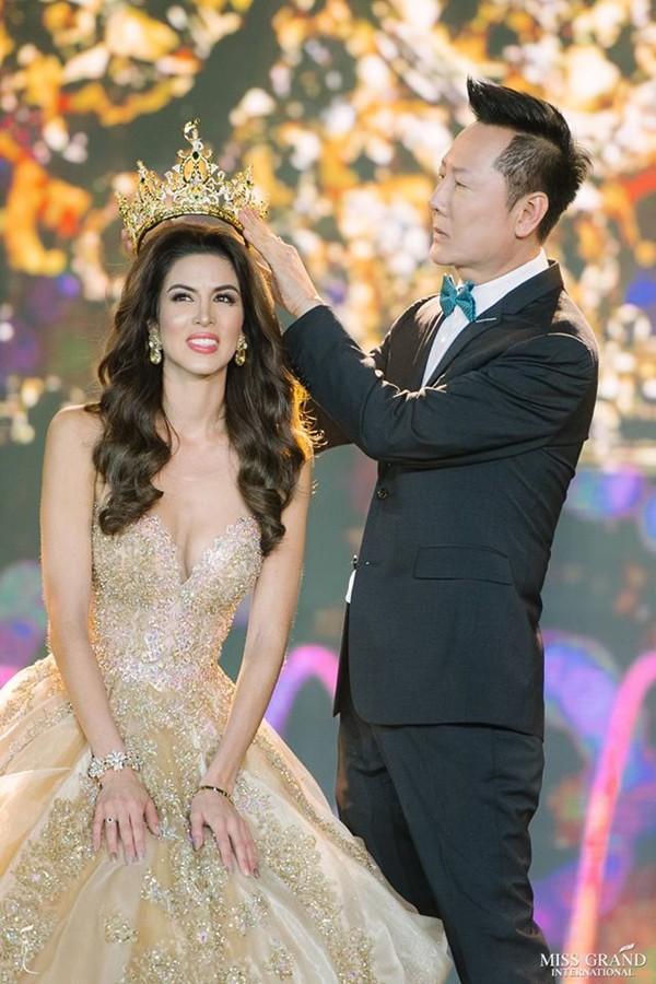 Trong đêm chung kết kết thúc nhiệm kỳ, đương kim hoa hậu thực hiện nghi thức trao trả vương miện và được nhận một phiên bản khác làm kỷ niệm. Đây là một trong những nét đặc trưng của cuộc thi Hoa hậu Hòa bình Quốc tế.