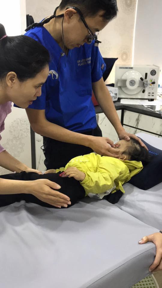 Bé Hoàng Dung được bác sĩ Singapore thăm khám.