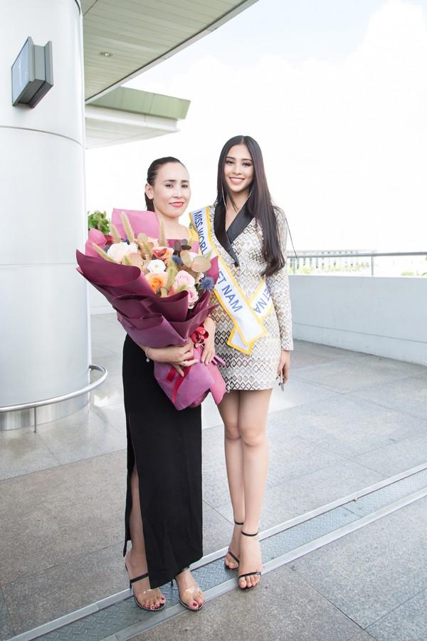 Hoa hậu Tiểu Vy chụp ảnh cùng mẹ.