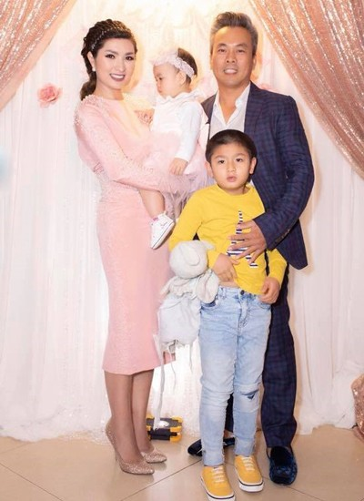 Vợ chồng Nguyễn Hồng Nhung và hai con. Con lớn của nữ ca sĩ năm nay 6 tuổi, là kết quả cuộc hôn nhân đầu của cô.
