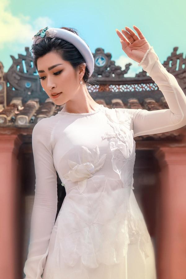 Sau nhiều năm xa quê hương, nữ ca sĩ vừa có dịp về Việt Nam ít ngày để chụp bộ ảnh áo dài tại Hội An.