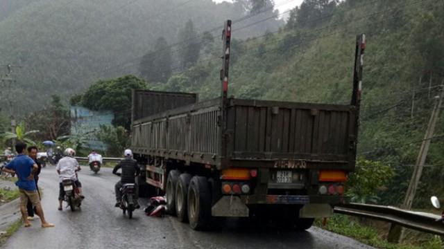 Các phương tiện hư hỏng nặng sau vụ tai nạn.