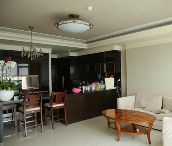 Ngôi nhà có tông màu chủ đạo là trắng và xám với nội thất khá đơn giản nhưng hiện đại. Từ phòng khách đến bếp và bàn ăn, HHen Niê sử dụng nội thất bằng gỗ là chủ yếu. Phòng khách được chân dài đặt 1 bộ sofa màu be, bên cạnh là bàn tròn lạ mắt.