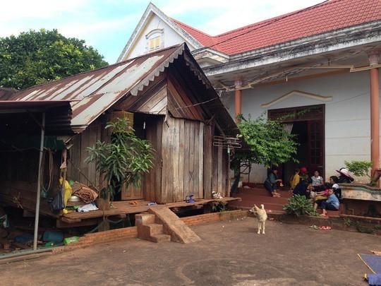 Chia sẻ về ngôi nhà ở quê, HHen Niê đã khiến không ít người hâm mộ bất ngờ với hoàn cảnh gia đình. Nhà cô cách trung tâm thành phố Buôn Ma Thuột khoảng 15 km. Gia đình cô gồm 8 người và thuần nông.