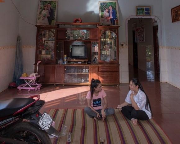 Nhà của HHen Niê là nhà cấp 4, khá khang trang so với các nhà khác trong làng. Nhà cô lợp ngói đỏ và là nhà tường. Trong nhà cũng không quá nhiều tiện nghi. Các vật dụng cũng vô cùng đơn giản. Kế bên ngôi nhà tường là ngôi nhà gỗ truyền thống của người dân tộc Ê - Đê được bố mẹ cô giữ lại để sinh hoạt truyền thống trong gia đình.