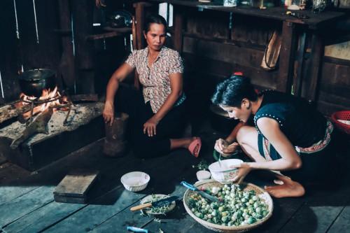 HHen Niê và mẹ chuyện trò cùng nhau.