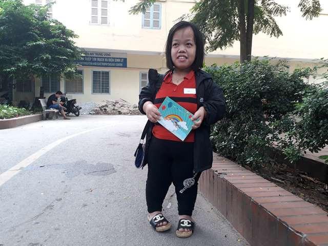 Dù cả 2 vợ chồng bị khuyết tật nhưng chị Vân (23 tuổi) vẫn kiên cường cùng con gái chạy chữa bệnh teo mật.