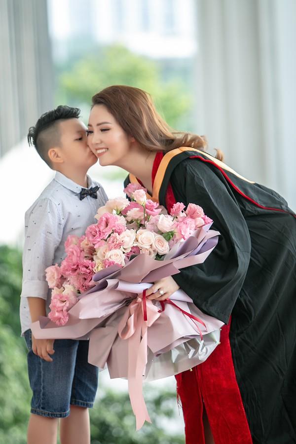 Con trai Á hậu Thụy Vân đã học lớp 1 và rất yêu mẹ.