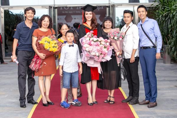 Gia đình của Á hậu Thụy Vân trong buổi tốt nghiệp của cô.