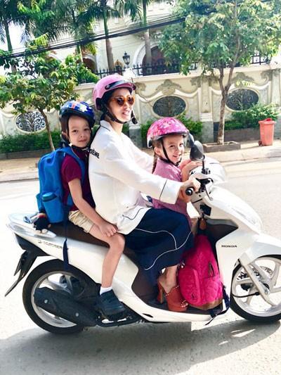 """Phản ứng đầu tiên sau khi công khai thông tin ly hôn, Hồng Nhung chia sẻ đoạn video một mình chở hai con, bé Tôm và bé Tép đi học bằng xe máy và bộc bạch rằng, bản thân phải tự """"xốc mình dậy và nghĩ cho các con""""."""