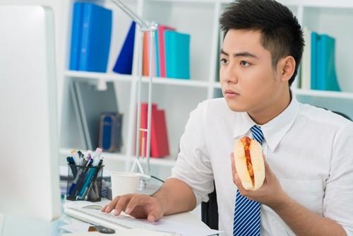 Với nhiều thói quen có hại, nhân viên văn phòng là đối tượng dễ bị thiếu máu não tấn công.
