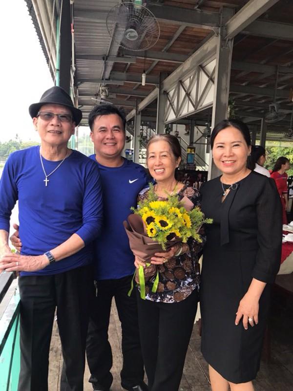 Tuấn Vũ chụp ảnh cùng gia đình trong một lần trở lại Việt Nam.