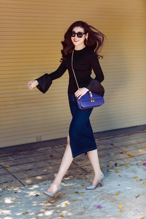 Người đẹp thường xuyên dùng nhiều hãng thời trang hàng hiệu cả về túi xách lẫn quần áo.