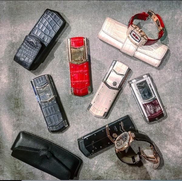 Bộ sưu tập đồng hồ và điện thoại hàng hiệu đắt đỏ của Á hậu Tú Anh.