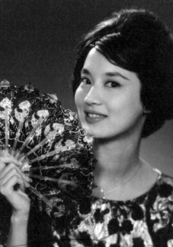 Nhan sắc của minh tinh Hạ Mộng làm say đắm nhà văn Kim Dung.