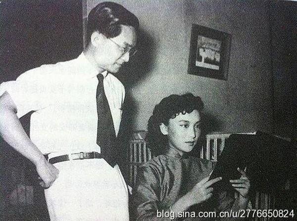 Nhà văn Kim Dung trong một buổi làm việc cùng người tình không bao giờ cưới Hạ Mộng.